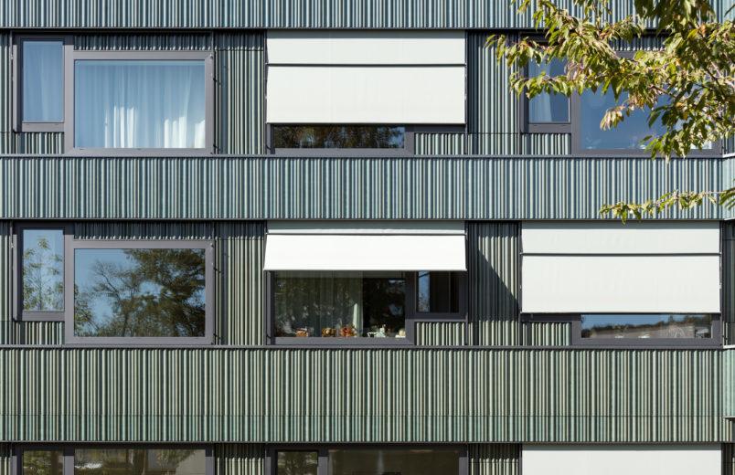 Fassade mit vorfabrizierter Fensterkombination